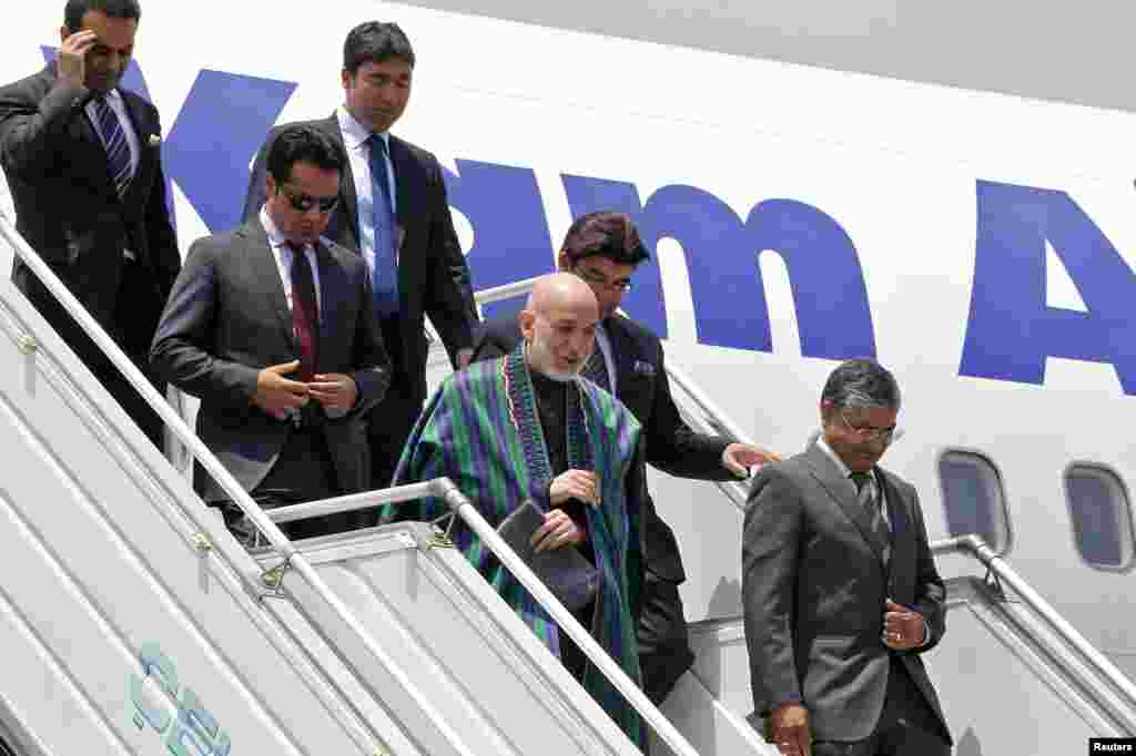 Afghanistan's President Hamid Karzai disembarks from his plane upon his arrival at the airport in New Delhi, May 26, 2014.