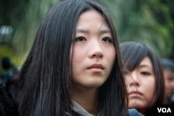 台湾记者在祭奠现场表情严肃。(美国之音记者方正拍摄)