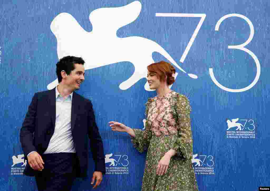 دیمین چزل کارگردان فیلم لالا لند به همراه اِما استون، بازیگر این فیلم در فرش قرمز جشنواره فیلم ونیز.