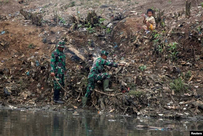 Para anggota TNI terlibat dalam program pembersihan Sungai Citarum di Bandung Selatan, Jawa Barat (foto: dok).