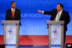 Thống đốc bang New Jersey Chris Christie (phải) và Bác sĩ Ben Carson trong cuộc tranh luận tại New Hampshire.