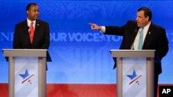 在美国广播公司主办的政见辩论会上,美国新泽西州州长克里斯.克里斯蒂手指联邦参议员鲁比奥,退休神经外科医生本·卡森看着克里斯蒂(2016年2月6日)