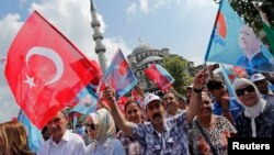 Những người ủng hộ Thủ tướng Thổ Nhĩ Kỳ Tayyip Erdogan tụ tập tại Istanbul, 8/8/2014.