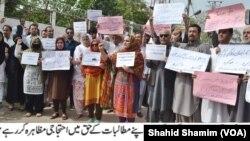 پشاور میں پختون تحفظ تحریک کے کارکن اپنے مطالبات کے حق ممیں مظاہرہ کر رہے ہیں