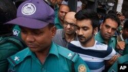 Polisi Bangladesh hari Kamis (4/8) menahan dua pria yang makan di restoran di Dhaka sewaktu terjadi serangan bulan lalu.