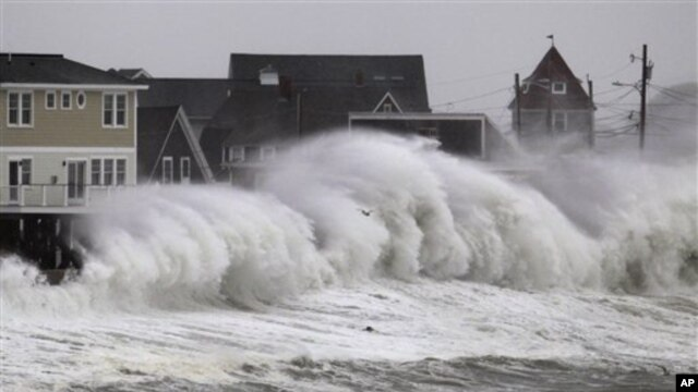 Ombak menghantam dinding pantai dan bangunan di Hull, Massachusetts (7/11). (AP/Steven Senne)