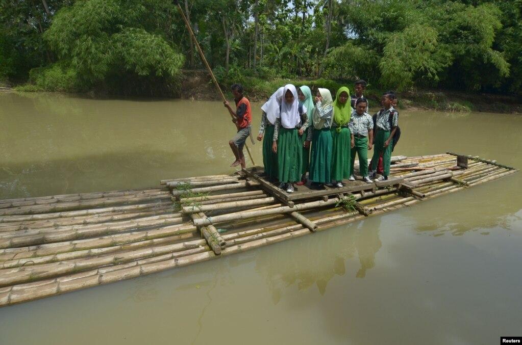 인도네시아 자바 서부 시아미스 리젠시 수카사리 마을에서 학생들이 등교를 위해 대나무 뗏목을 타고 '시푸트라아지 '강을 건너고 있다.