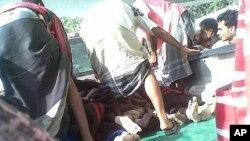 4일 진지바르 시 폭탄테러로 부상당한 군인들을 병원으로 후송하는 예멘군.