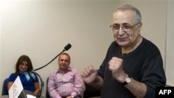 Ông Reza Taghavi trả lời các câu hỏi của phóng viên tại sân bay quốc tế Los Angeles sau khi trở về nước từ Iran