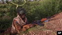 Soldat en position lors du coup d'Etat au Burkina Faso, le mardi 29 septembre 2015. (AP /Theo Renaut)