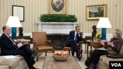 El asesor de seguridad, Tom Donilon, el presidente, Barack Obama y la secretaria de Estado, Hillary Clinton, reunidos tras la reunión de Clinton con Patriota.