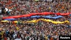 Abantu Ibihumbi n'Ibihumbi mu myiyerekano yo kwiyamiriza Prezida Nicolas Maduro