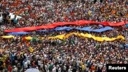 Ribuan pendukung oposisi Venezuela melakukan demonstrasi menentang Presiden Nicolas Maduro dalam aksi di Caracas, Rabu (26/10).