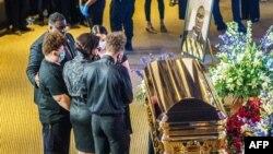Para pelayat memberikan penghormatan di depan peti jenazah George Floyd sambil menunggu misa arwah di North Central University, Minneapolis, 4 June 2020.
