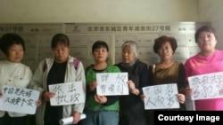曹順利失踪後,一些上訪維權者到其住處表示聲援。 (權利運動網圖片)