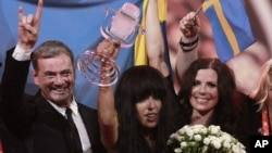 Loreen (C) of Sweden holds the trophy as she celebrates with her team members after winning the Eurovision song contest in Baku, Azerbaijan, May 27, 2012.