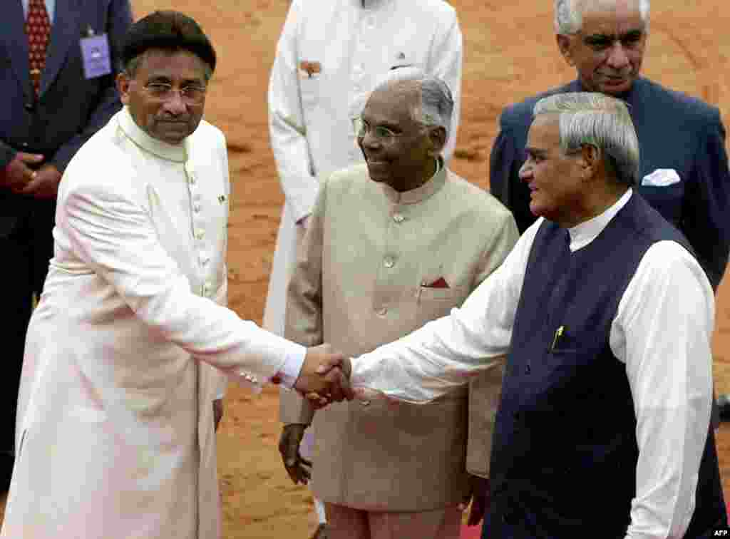 دورۂ بھارت کے دوران 15 جولائی 2001 کو پرویز مشرف نے اس وقت کے بھارتی وزیرِ اعظم اٹل بہاری واجپائی سے ملاقات کی۔ یہ تصویر 14 جولائی کی ہے جس روز مشرف نئی دہلی پہنچے۔ ان کا استقبال بھارتی صدر کے آر نارائن اور وزیرِ اعظم اٹل بہاری واجپائی نے کیا۔
