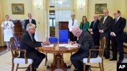 Generalni guverner Australije Piter Kozgrouv potpisuje dokument posle primanja izveštaja kraljevske komisije.