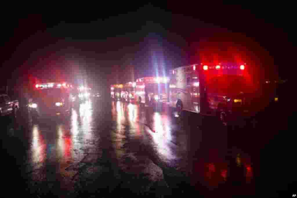 Evacuacion del hospital de la Universidad Tish en Nueva York, luego de que fallara un generador de energia de emergencia.