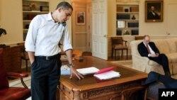 Tổng thống Obam nói chuyện qua điện thoại từ Tòa Bạch Ốc, với một Dân biểu Quốc hội về cuộc bỏ phiếu