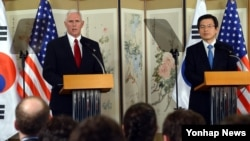 Phó Tổng thống Hoa Kỳ Mike Pence (bên trái) và quyền Tổng thống Hàn quốc Hwang Kyo-ahn, tại Seoul ngày 17/4/2017.