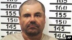 Trùm ma túy Mexico El Chapo đứng chụp ảnh chân dung phạm nhân tại nhà tù Altiplano ở Almoloya, Mexico, ngày 8 tháng 1 năm 2016.