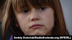Сабріна плаче під час розповідії її матері про війну та економічну скруту. Павлопіль, 25 вересня 2019 року