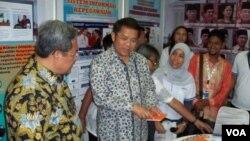 Menteri Komunikasi dan Informatika Rudiantara (tengah) didampingi Gubernur Jawa Barat Ahmad Heryawan dalam kunjungan kerja ke kota Bandung (25/11). (VOA/R. Teja Wulan)