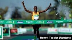 Paul Lonyangata, vainqueur du Marathon de Paris le 9 avril 2017.