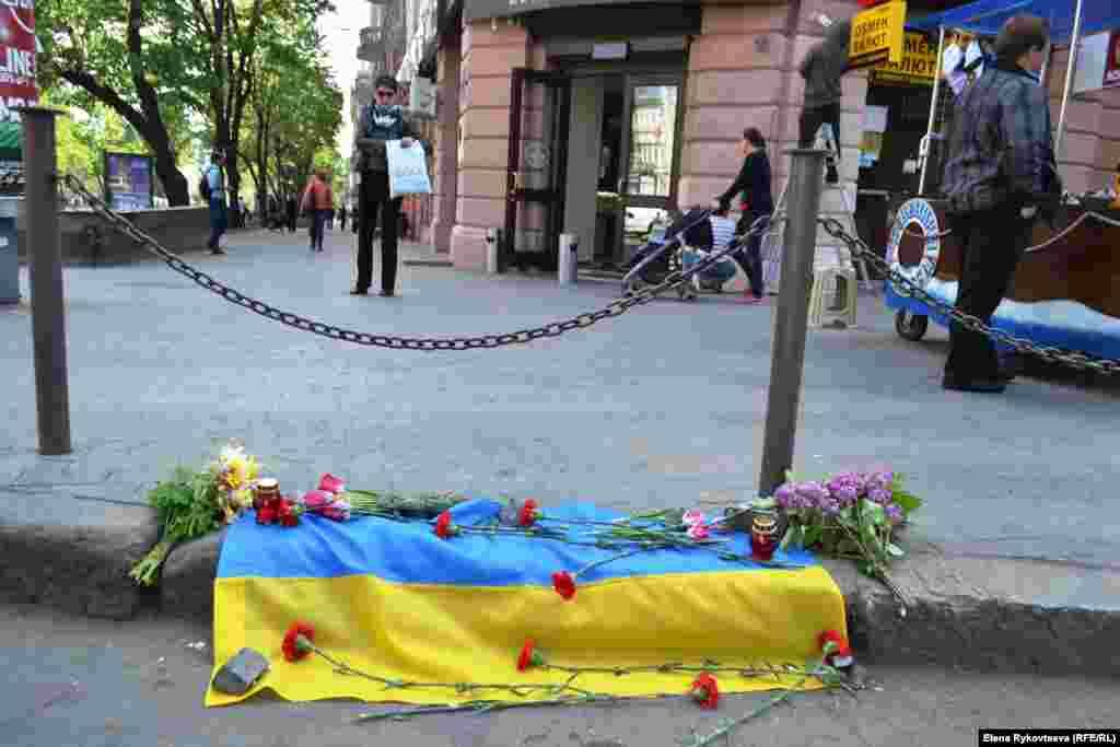 У центрі міста - квіти на згадку про загиблих про-українських активістів.