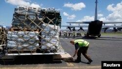 18일 바누아투 포트빌라 공항에서 구호요원이 뉴질랜드에서 온 긴급 구호물자를 내리고 있다.