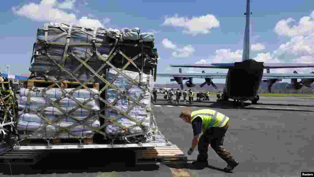 Un travailleur décharge l'assistance venue de l'avion C130 de Nouvelle Zélande à Port Vula, le 18 mars 2015.