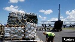 Phẩm vật cứu trợ được đưa lên máy bay để chở tới Vanuatu, ngày 18/3/2015.