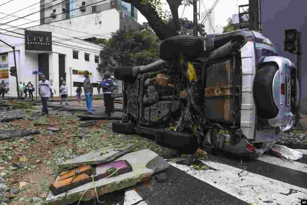 واژگونی یک ماشین در اثر سیلاب در ایالت میناس گرایز، برزیل