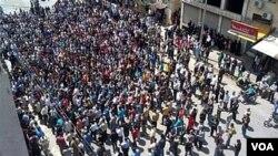 Ribuan demonstran anti-pemerintah berkumpul di kota Banias, Suriah.