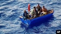Los balseros cubanos se arriesgan a cruzar el estrecho de la Florida en pequeñas y endebles embarcaciones