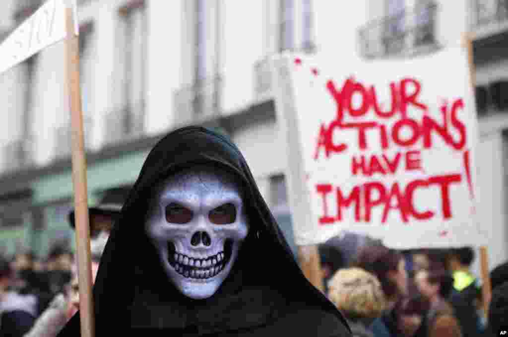 در تجمع دانش آموزان برای اعتراض به «بی توجهی به تغییرات آب و هوایی در شهر پاریس، این دانش آموز خود را به شکل عزرائیل در آورده است.