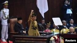 Presiden RI Joko Widodo (Jokowi) mengenakan pakaian adat Sasak NTB saat menyampaikan Pidato Kenegaraan di Gedung DPR/MPR RI, Senayan, Jakarta Pusat, Jumat, 16 Agustus 2019. (Foto: Antara Foto/Sigid Kurni)