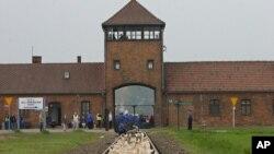Lối vào trại tập trung Auschwitz, ngày 1 tháng 5 năm 2008.
