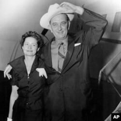 约翰逊参议员和他的妻子1955年8月25日在从华盛顿启程飞回德克萨斯之前