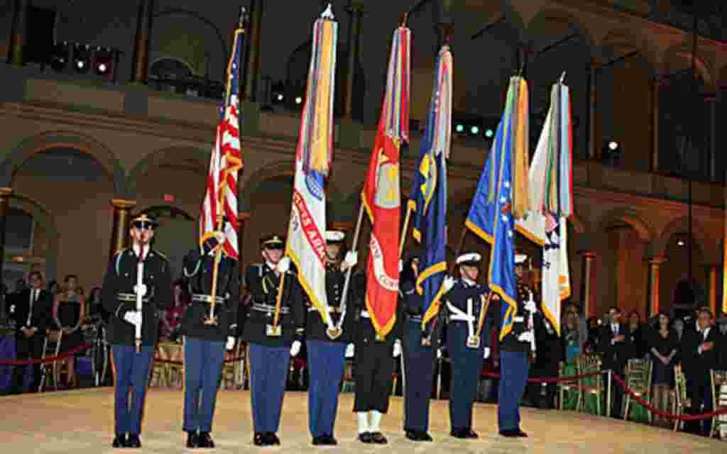 Miembros del pabellón nacional también estuvo presente mientras se escuchaban las notas del himno nacional de EE.UU.