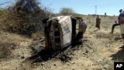 Un automóvil destruido durante los bombardeos en la región de Sawmaa, en la provincia de al-Bayda, Yemen.