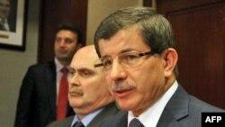 Ngoại trưởng Thổ Nhĩ Kỳ Ahmet Davutoglu (phải)
