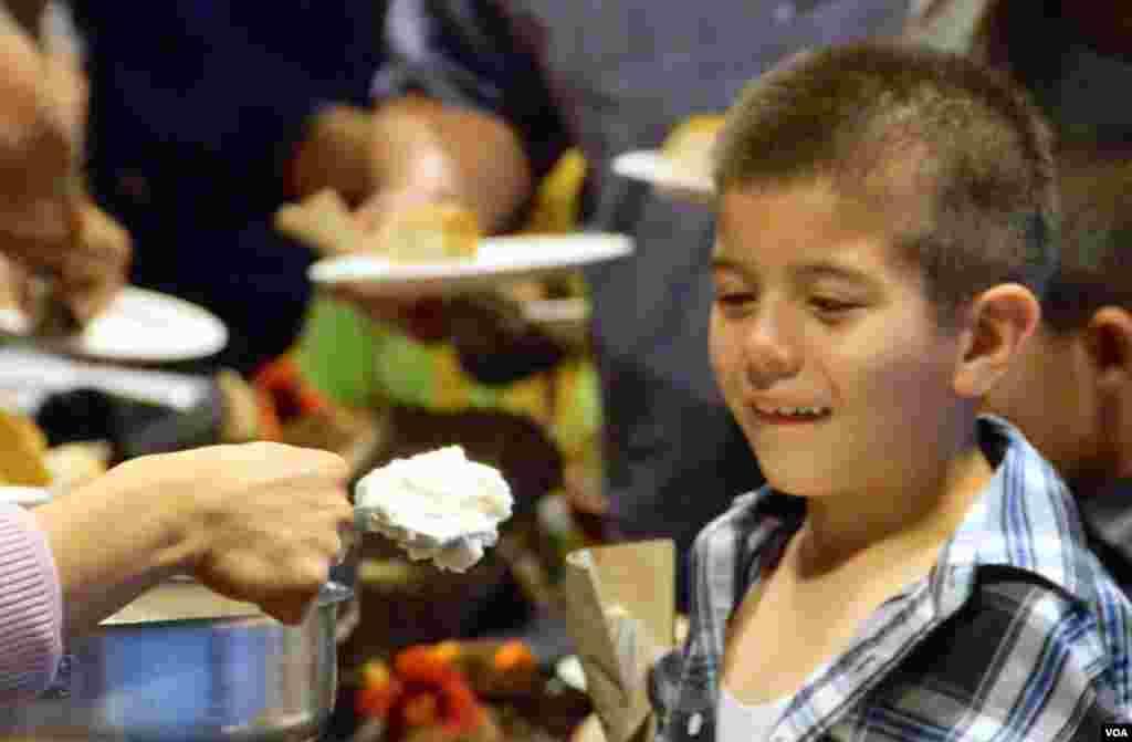 小男孩观察土豆泥(美国之音国符拍摄)