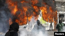 Un bus del transporte público de Santiago se incendia producto de la acción de desconocidos.