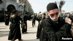 Peziarah Syiah Irak melakukan prosesi Ashura di Karbala tahun lalu (foto: dok).