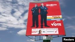 2013年3月3日,肯尼亚竖起的当时的总理候选人肯雅塔(右)和他的竞选伙伴卢托的竞选广告牌