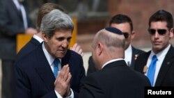 Ngoại trưởng Mỹ John Kerry tại một buổi lễ đặt vòng hoa đánh dấu ngày tưởng nhớ các nạn nhân Holocaust tại Yad Vashem, Jerusalem, ngày 8/4/2013.