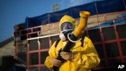 Một nhân viên y tế đứng xịt thuốc chống muỗi Aedes aegypti lan truyền virus Zika tại Rio de Janeiro, Brazil, ngày 26 tháng 1 năm 2016.