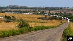 Грузовики с гуманитарной помощью из России двигаются в сторону Луганска. Украина. 22 августа 2014 г.